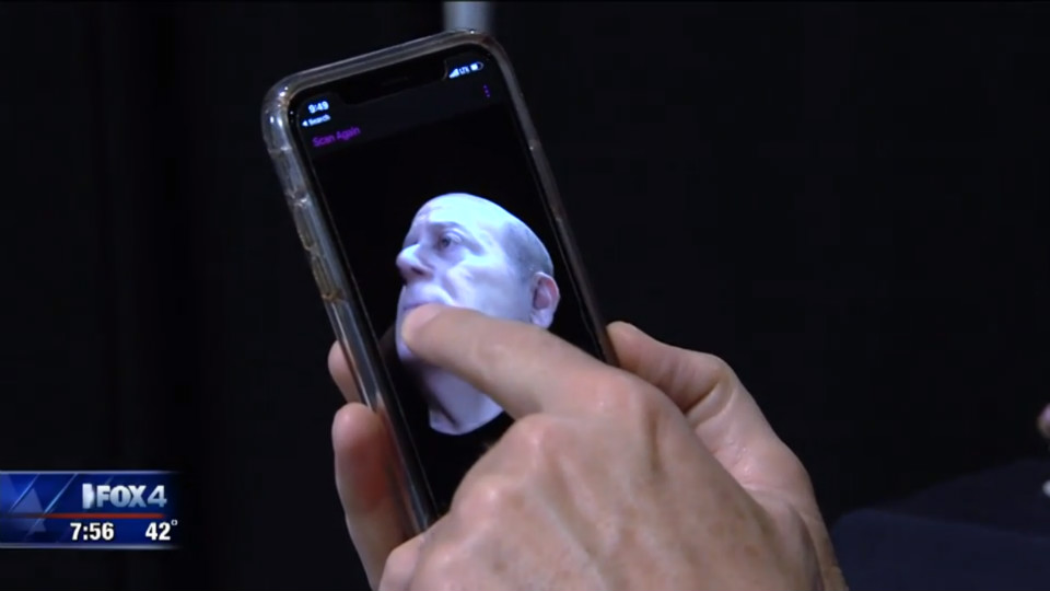 Steve Greenberg interacts with his 3D model in Bellus3D FaceApp